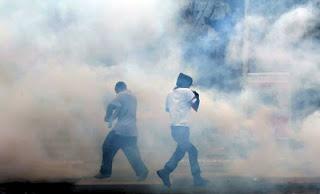 Photo of الغاز المسيل للدموع يفتك بالرئتين ويصيب بالعمي ويؤدي للموت