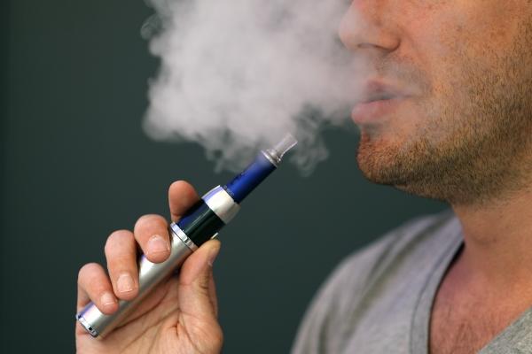 Photo of منظمة الصحة العالمية تدعو إلى حظر السجائر الإلكترونية