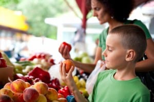 mom-son-choosing-produce