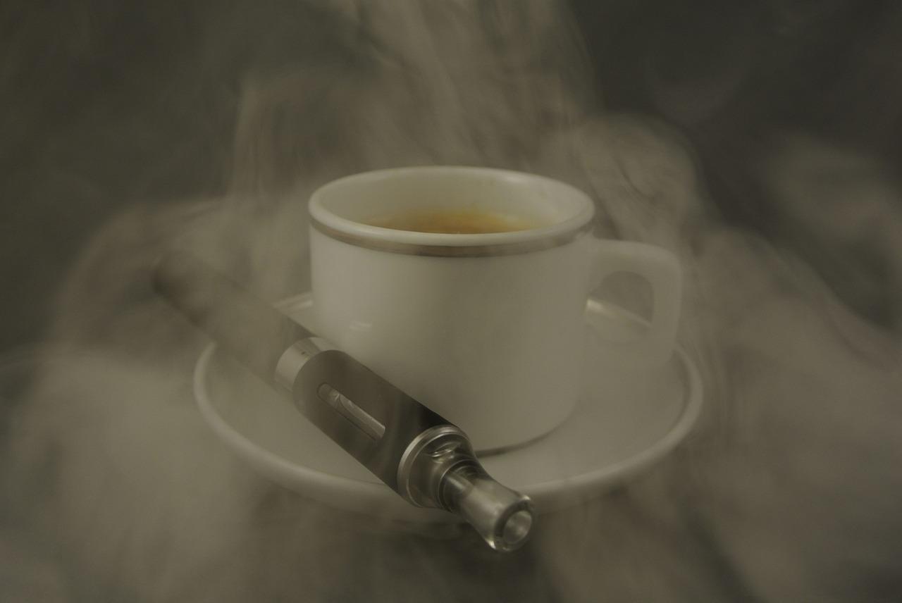 Photo of الأركيلة والسيجارة الالكترونيّة آمنين بنظر الشّباب