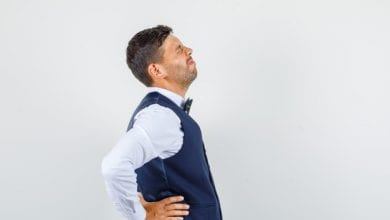 ألم الظهر والخاصرتين من أهم أعراض حصوات الكلى والحالب