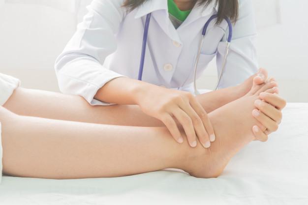 علاج الكدمات المنتفخة في القدم