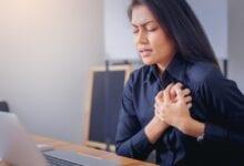 أسباب ألم الثدي الأيسر والكتف